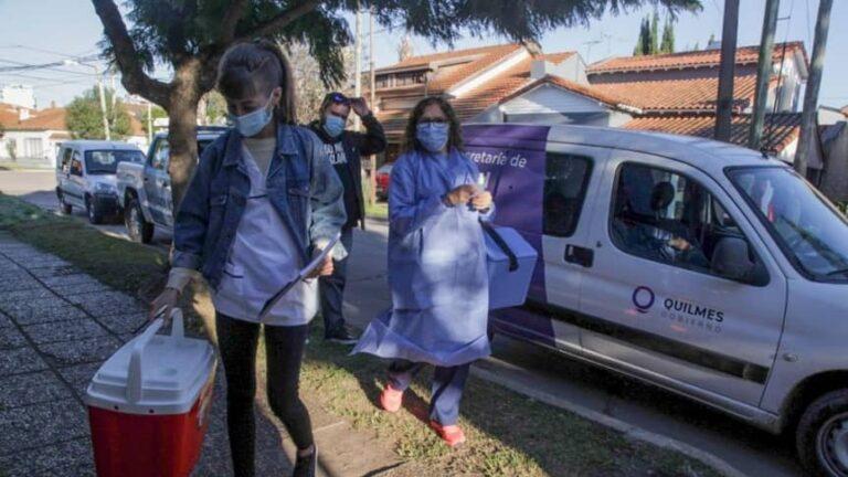 En la vacunación a domicilio contra el Covid-19 colabora la Policía bonaerense.
