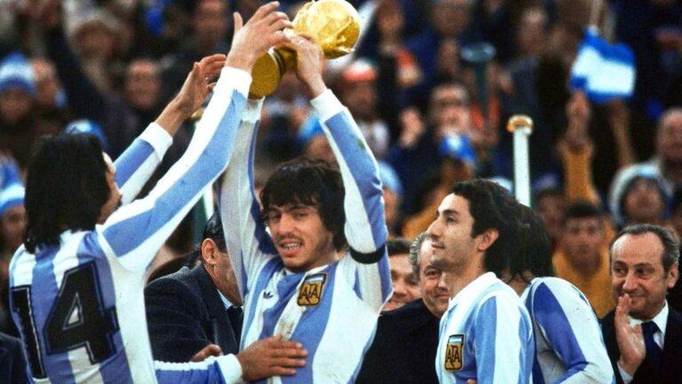 Daniel Passarella levanta la Copa del Mundo.