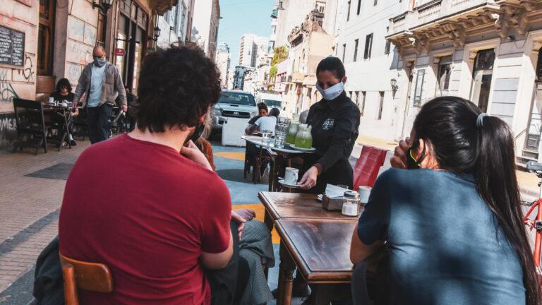 Ciudad habilita gastronomía con mesas al aire libre hasta las 23 y shoppings desde el lunes