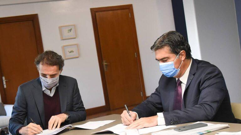 El ministro de Obras Públicas, Gabriel Katopodis, y el gobernador Jorge Capitanich en la firma de los acuerdos para las obras.