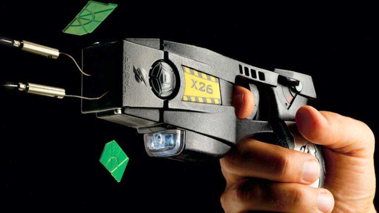 Las pistolas Taser generan una descarga eléctrica que inmoviliza a un potencial agresor.