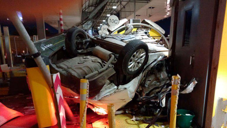 Impresionante choque fatal en la Autopista Illia: un conductor murió al chocar a toda velocidad contra los puestos de peaje