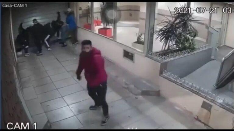 Robo piraña: media docena de ladrones se mete en la cochera de un edificio para llevarse una bicicleta