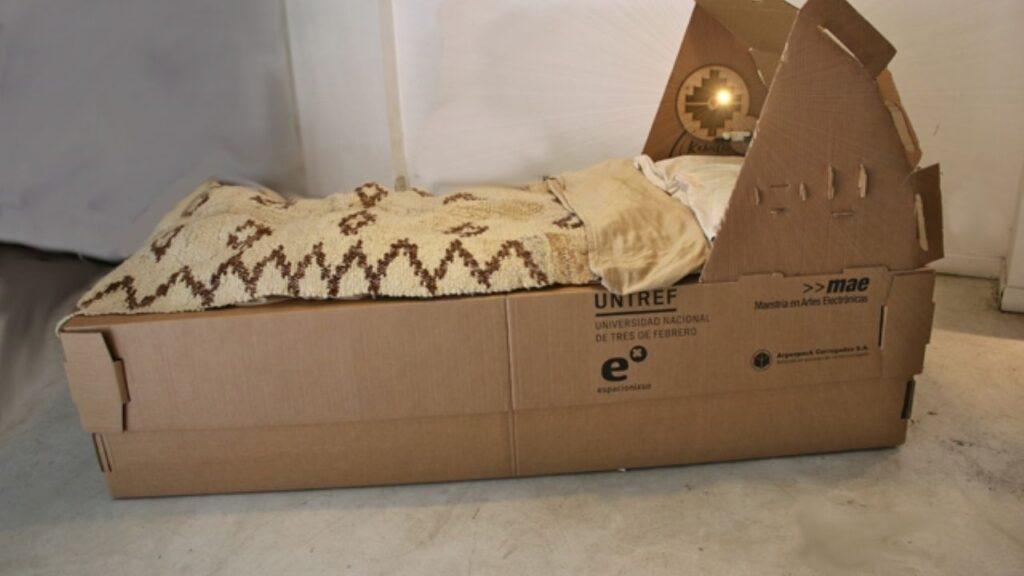La UNTREF también desarrolló las ecocamas de cartón, para los hospitales temporarios.