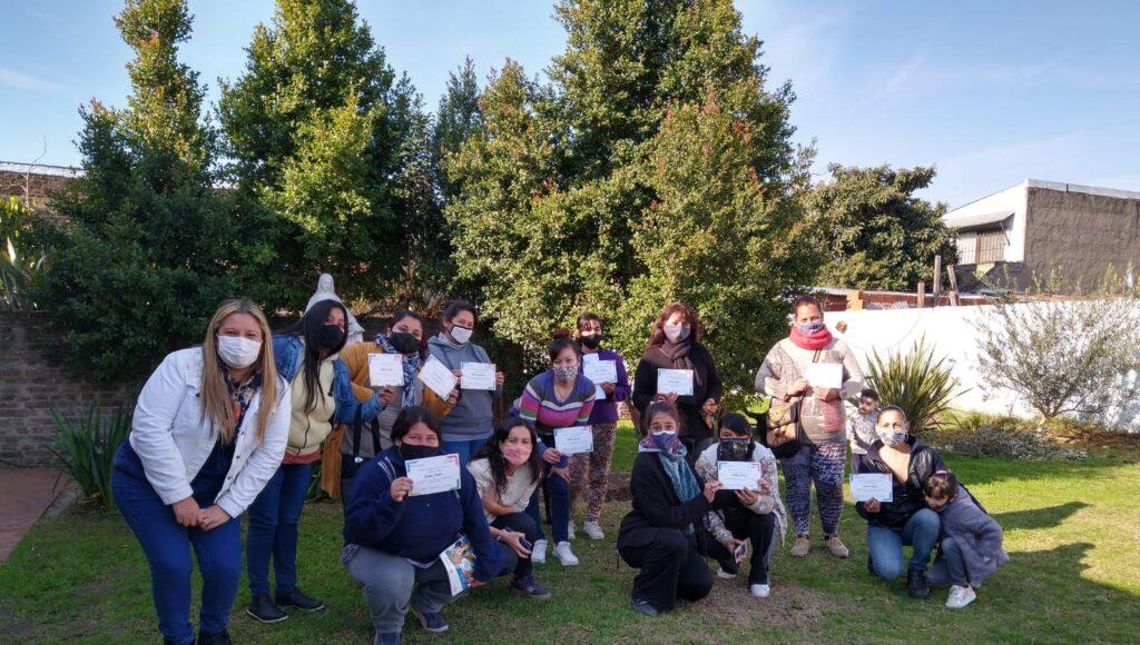 Las mujeres que se sumaron a una de las últimas capacitaciones, orgullosas con sus diplomas.