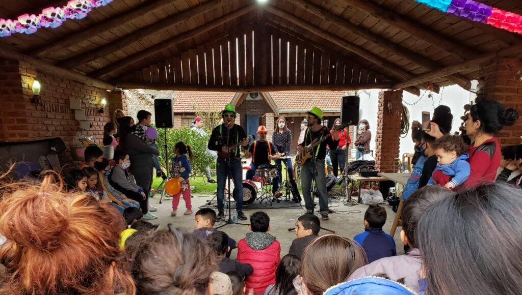 En el festejo del lunes pasado por el Día de la Niñez hubo un show musical en vivo.
