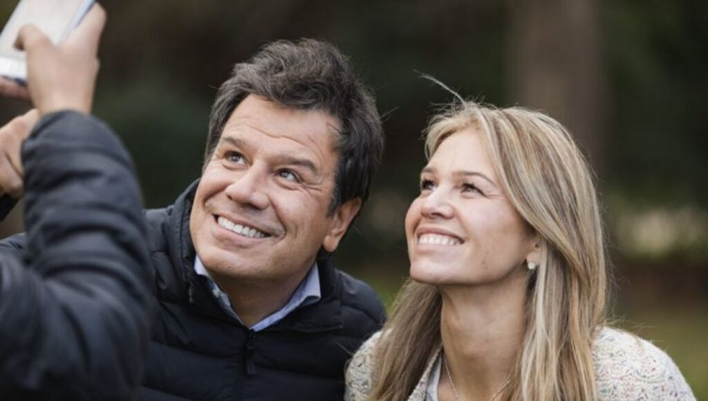 Andrea Giorgini posa en una foto con Facundo Manes, en una recorrida por el municipio.
