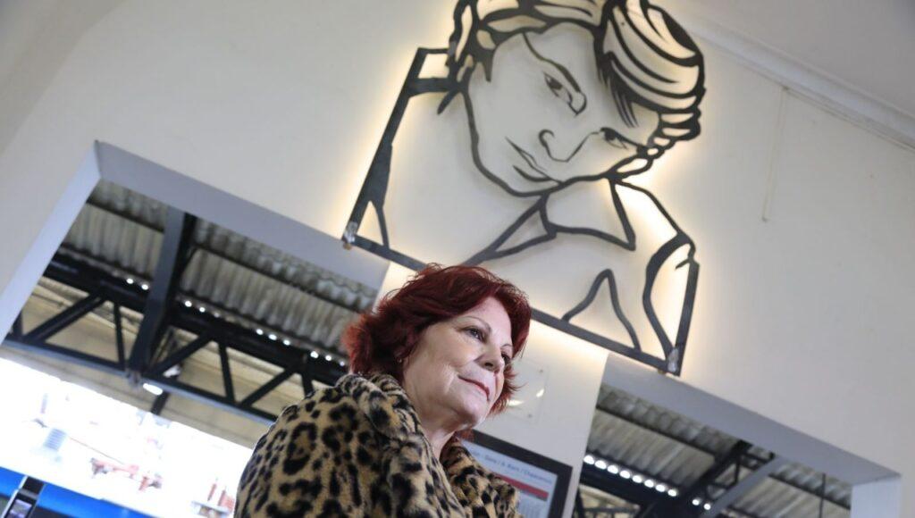Sandro iluminado, el mural que recordará al querido cantante en la estación de Banfield