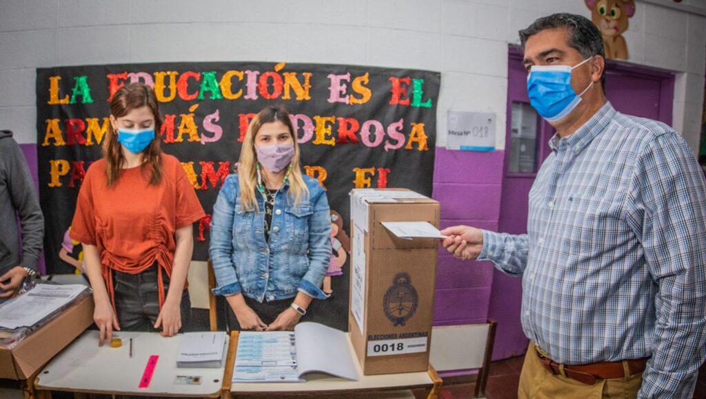 """Jorge Capitanich fue el primero en votar en su mesa: vaticinó una jornada """"pacífica y democrática"""""""