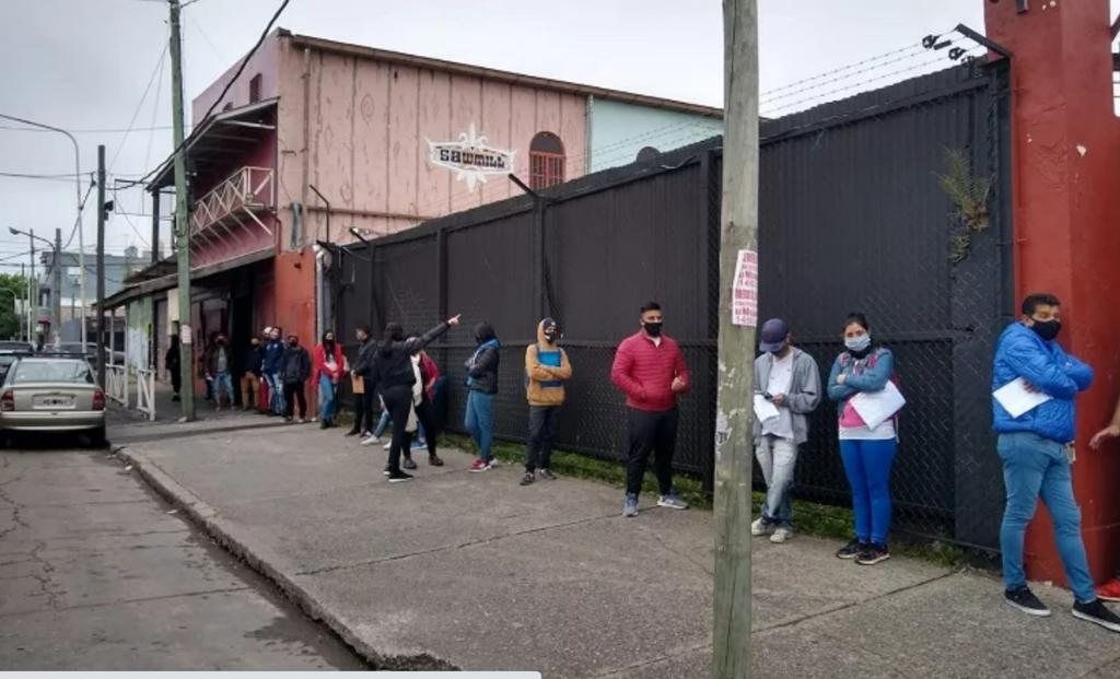 Este miércoles, desde muy temprano, se formó la fila de postulantes a trabajar en la discoteca.