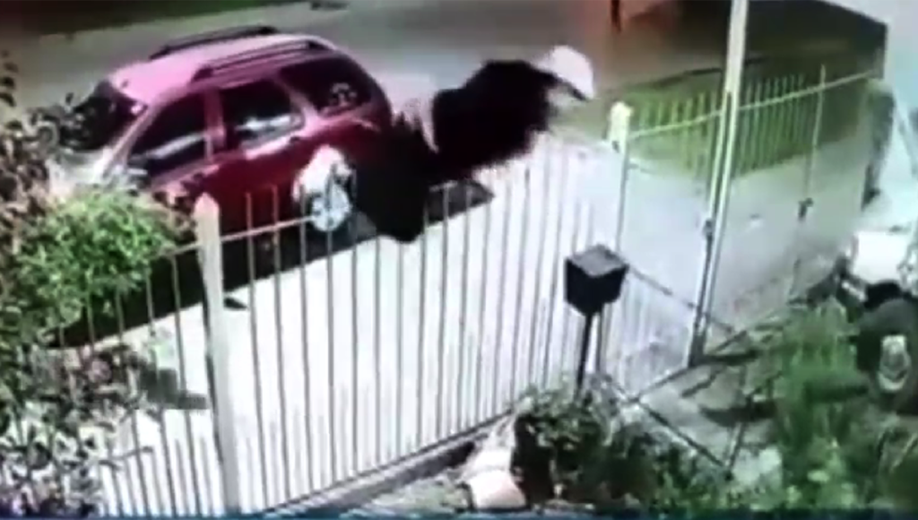 Brutal robo piraña en Longhamps: lo desvistieron a través de una reja