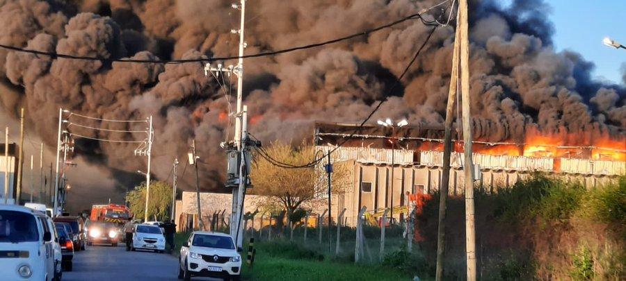Impresionante incendio en Bernal: ardió una fábrica de calzado y el humo de vio desde Uruguay