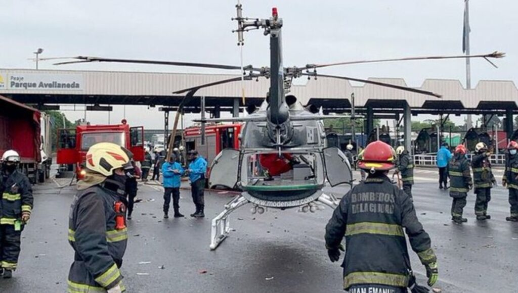 Así fue el insólito choque de un camión con un helicóptero del SAME en la Autopista Perito Moreno