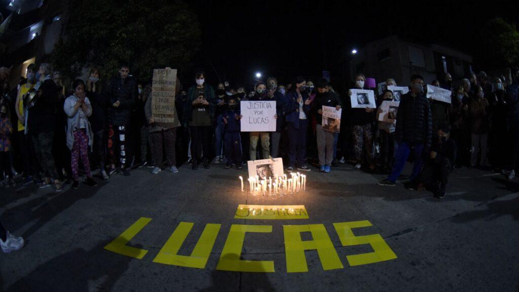 Los familiares y vecinos de Lucas durante la marcha realizada anoche.