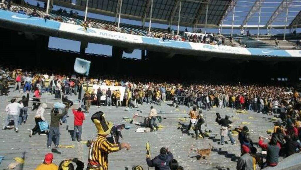 La B Metro y una definición violenta en 2007: el día que desde una tribuna tiraron un puesto de panchos