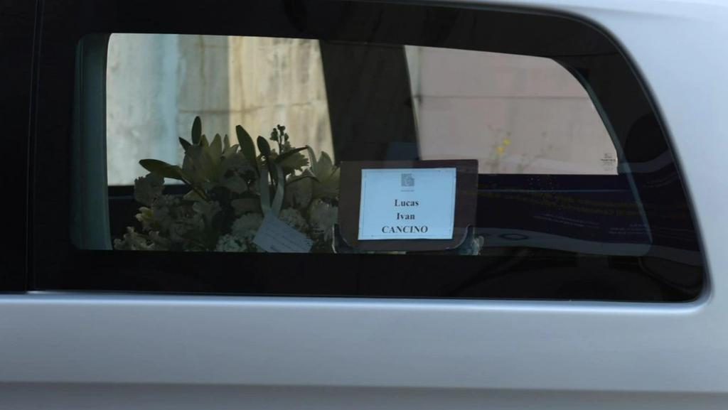 El cuerpo de Lucas fue acompañado por una docena de autos.