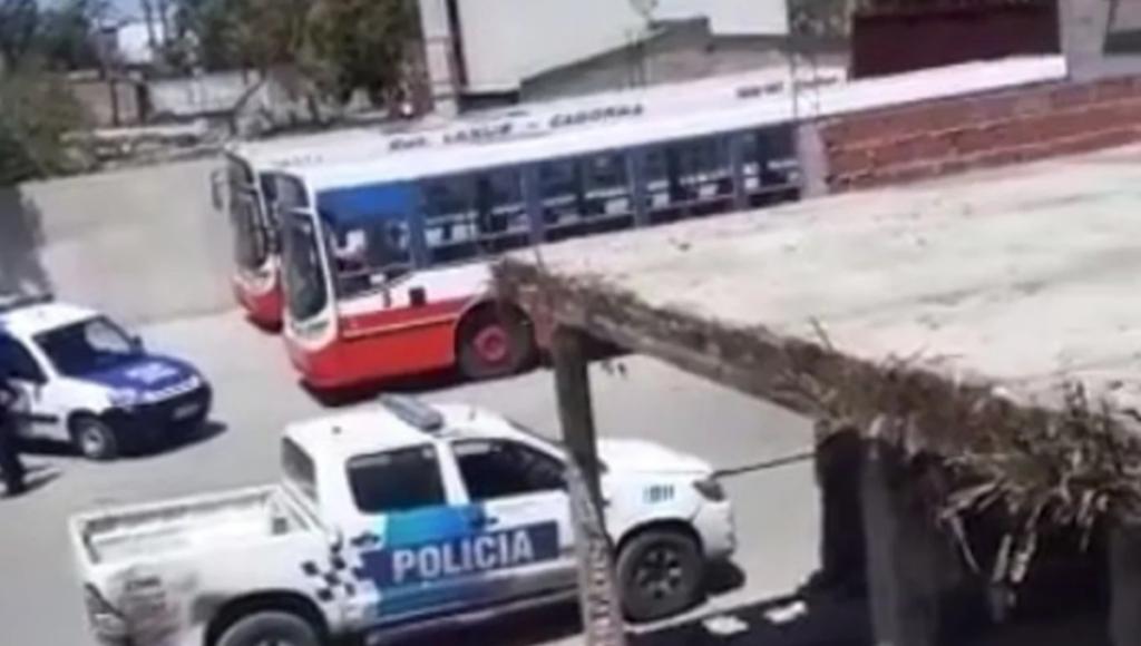 Trágico accidente en Lanús: arrancó y mató al mecánico que trabajaba debajo de su colectivo